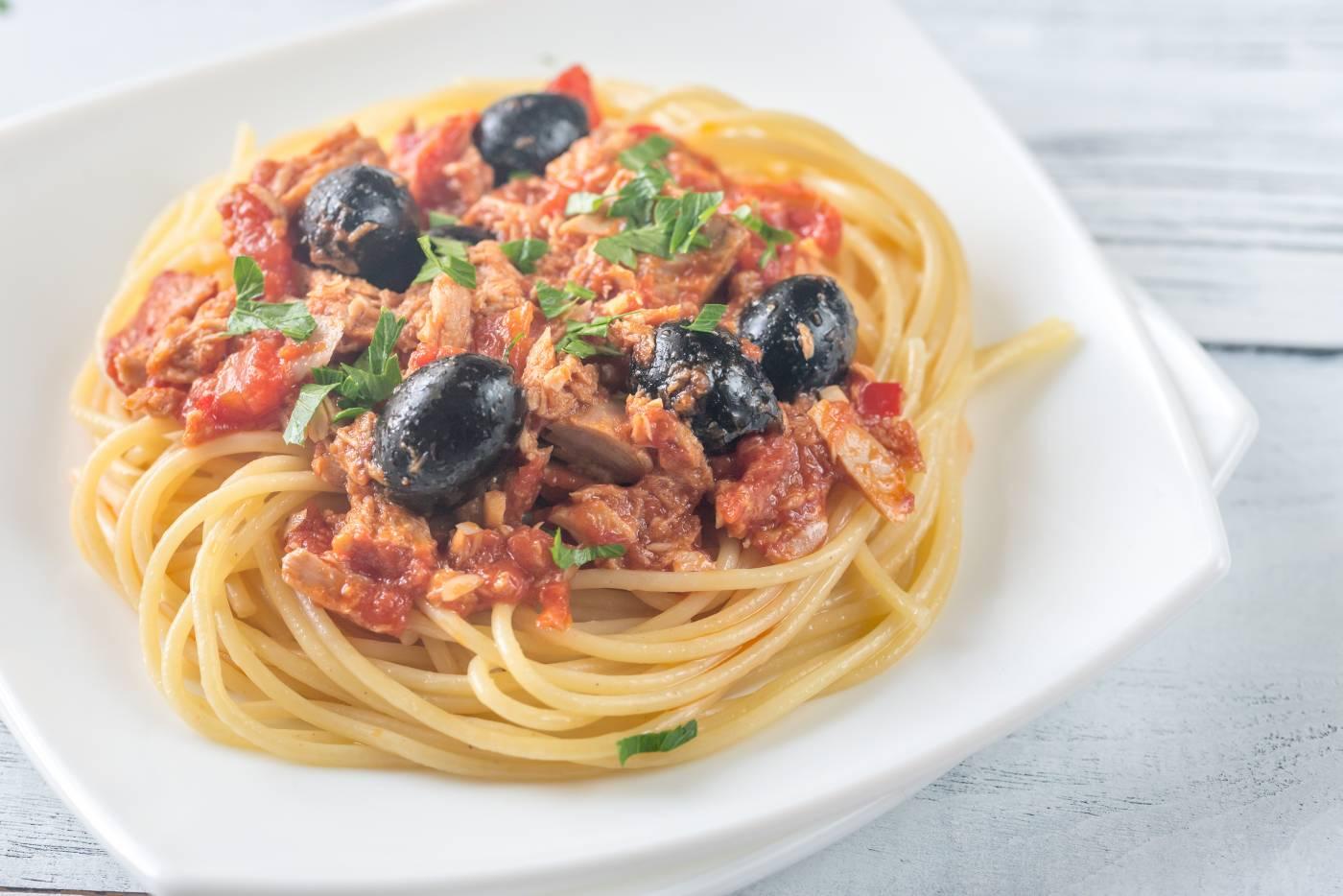 Špagety s tuňákem a olivami