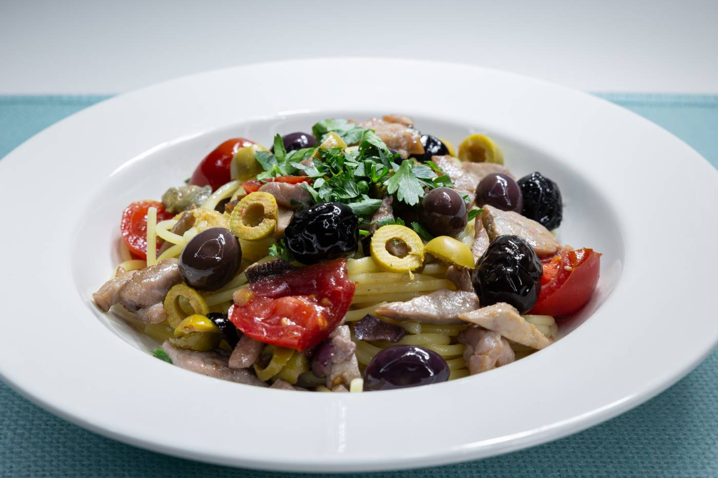 Špagety s kuřecími nudličkami a olivami