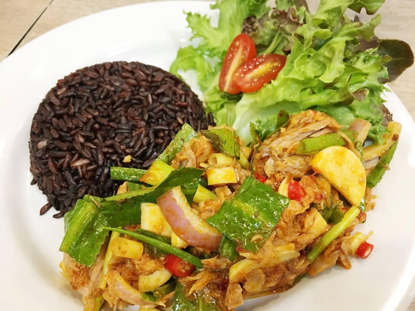 Tuňákový salát s černou rýží